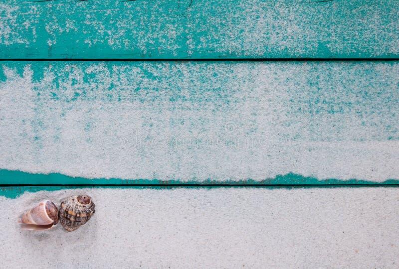 与沙子和贝壳的空白的木标志 库存图片