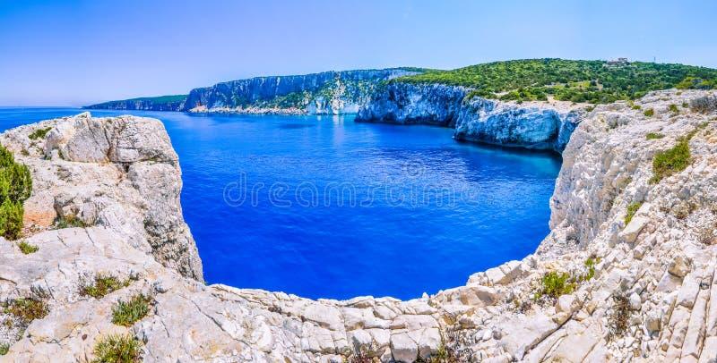 与沙子的峭壁海岸线在Alaties海滩, Kefalonia,爱奥尼亚人海岛,希腊附近晃动 免版税图库摄影