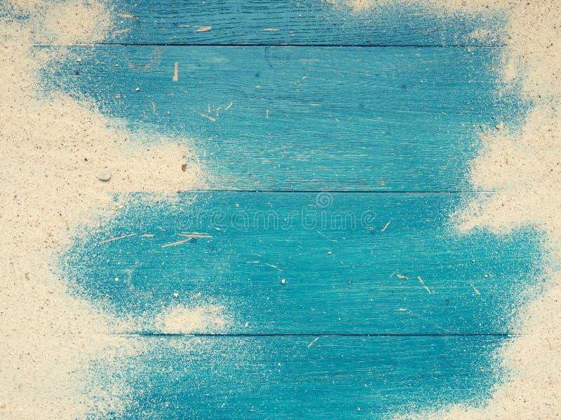 与沙子的老使用的海滩木头 免版税库存照片