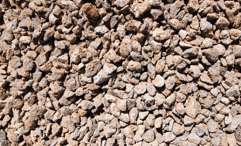 与沙子的被击碎的石头作为背景 免版税图库摄影