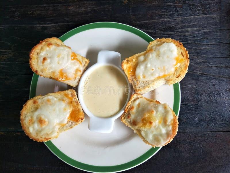与沙拉奶油的乳酪多士 库存照片