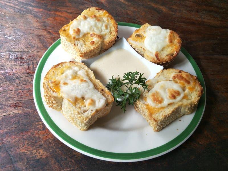 与沙拉奶油的乳酪多士 图库摄影