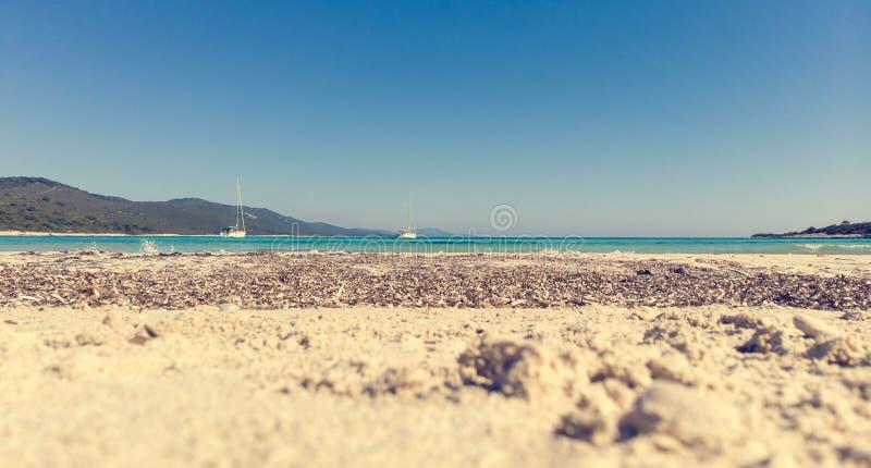 与沙滩和帆船的美丽如画的海风景 库存照片