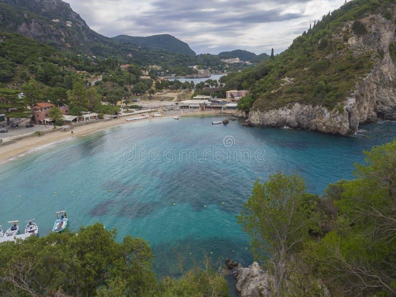 与沙滩的美丽的Paleokastritsa海湾在科孚岛,克基拉岛,希腊 库存照片