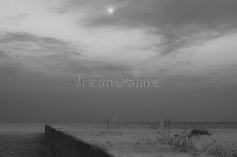 与没人和概略的水泥边界的海景在走道和海滩沙子之间 库存照片