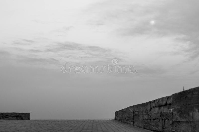 与没人和概略的水泥边界的海景 免版税库存图片