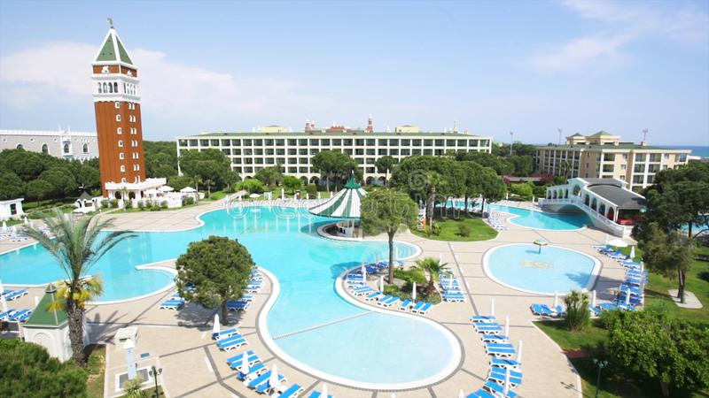 与没人的游泳池清早 录影 Swimpool和棕榈树在手段疆土 在豪华的游泳池 库存照片