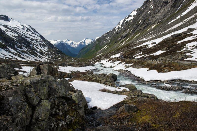 与河、雪和山的风景 从老Strynefjell山路,挪威的看法 库存照片