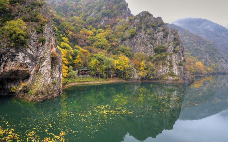 与河的美好的风景在山和五颜六色的秋天森林