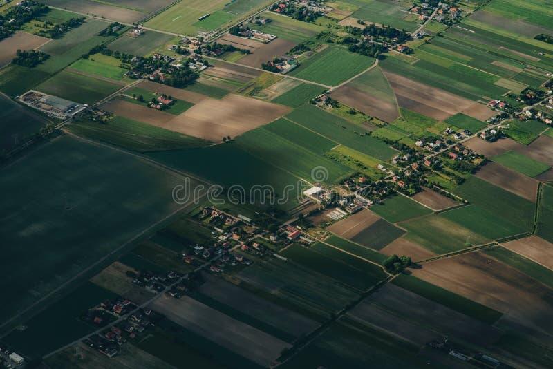 与河和农场,村庄的空中农业风景 免版税库存图片