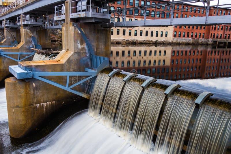 与河和瀑布的纺织厂 库存照片