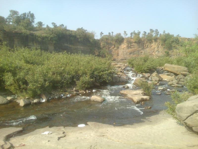 与河流动的山景 图库摄影