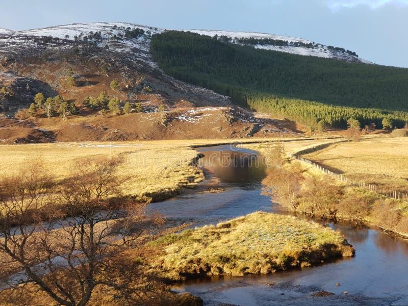 与河的令人惊讶的背景山 免版税库存图片