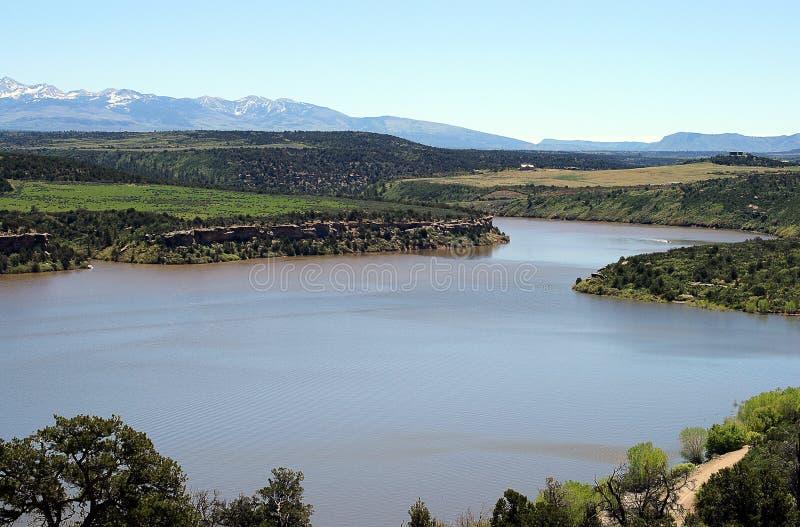 与河的山风景在科罗拉多落矶山 库存图片