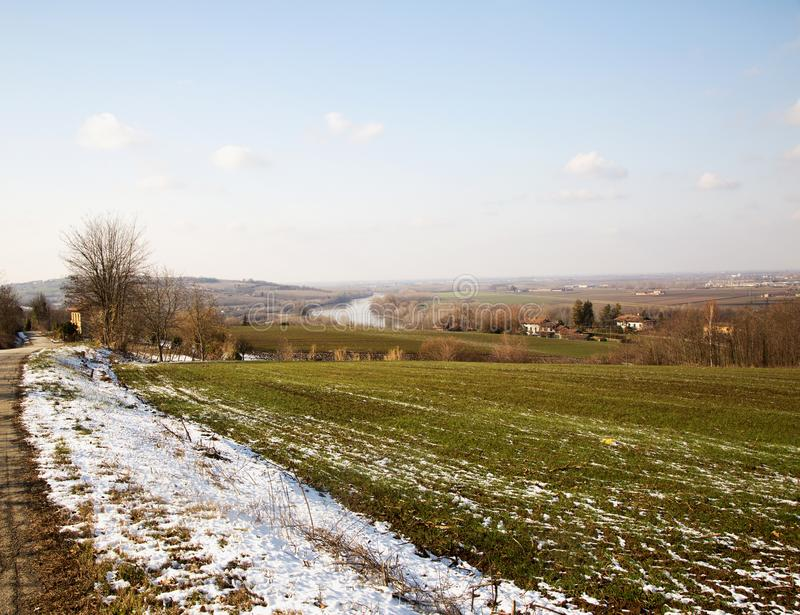 与河的斯诺伊风景背景的 库存照片