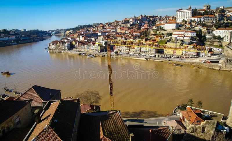 与河的都市风景在波尔图在葡萄牙 免版税库存照片