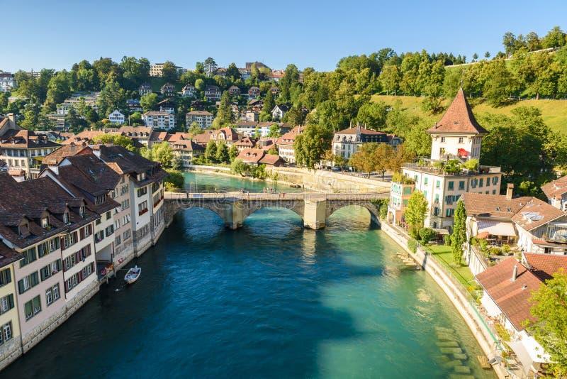 与河Aare -桥梁看法的伯尔尼老市中心-瑞士的首都 免版税库存图片