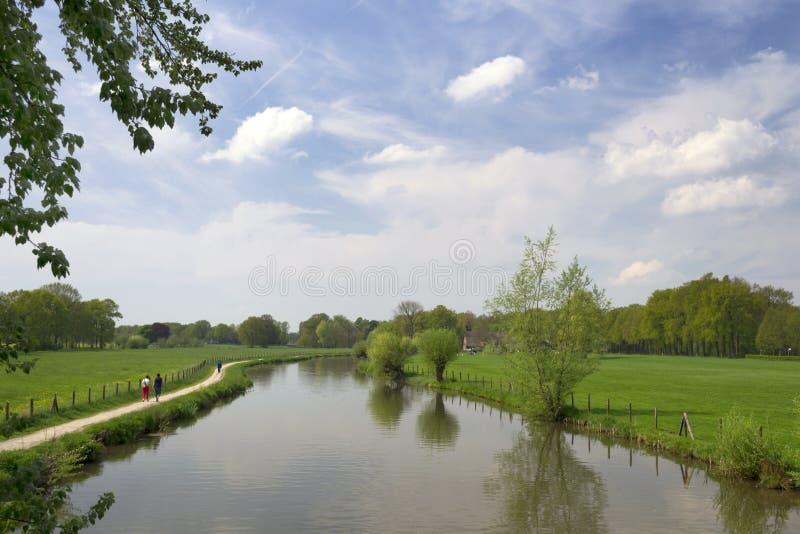 与河Kromme Rijn,走道、云彩和树的地道荷兰风景 免版税库存图片