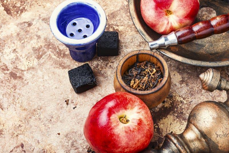 与油桃味道的水烟筒 免版税库存图片