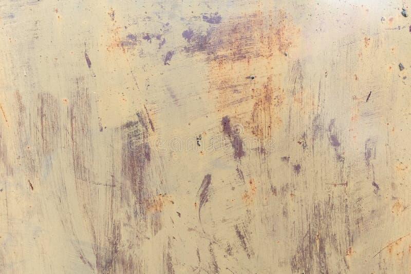 与油漆的老被佩带的金属表面 金属生锈的纹理 与铁锈和破旧的油漆的金属板 背景 金属 墙壁 库存照片