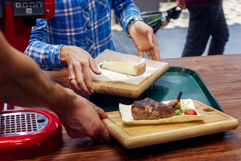 与油煎的菜和乳酪蛋糕的服务的水多的烤牛排 库存图片