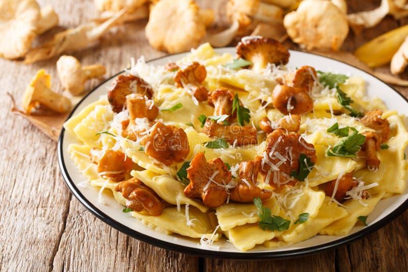 与油煎的蘑菇和帕尔马干酪特写镜头的意大利传统馄饨在板材 ?? 库存图片