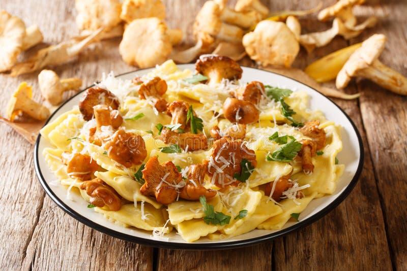 与油煎的蘑菇黄蘑菇和帕尔马干酪特写镜头的饺子在板材 ?? 库存图片