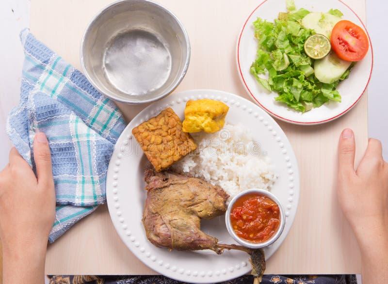 与油煎的豆腐、tempeh、辣味番茄酱和白米的烤鸡在白色背景 免版税库存照片