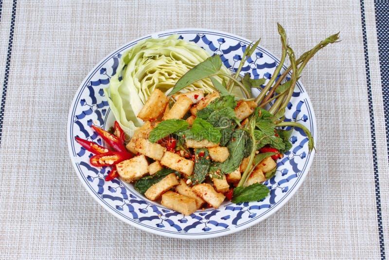与油煎的豆腐的辣酸混杂的草本沙拉 库存照片