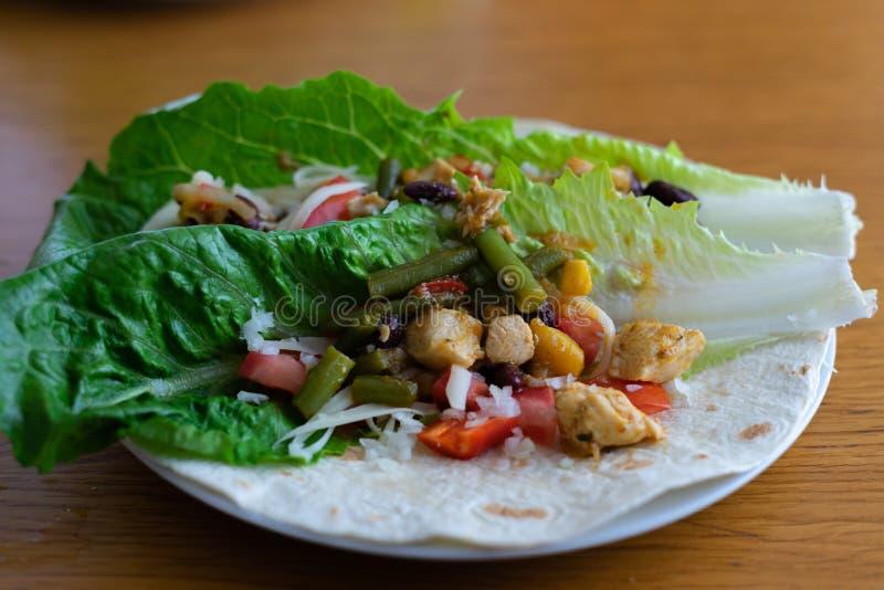 与油煎的鸡肉和菜的玉米粉薄烙饼 库存照片