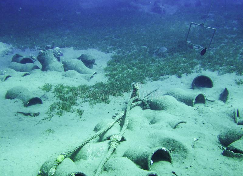 与油罐和埃及猫雕象的水下的珍宝在宰海卜,埃及 西奈半岛 库存图片