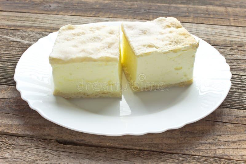 与油酥点心层数的奶油馅饼  库存照片