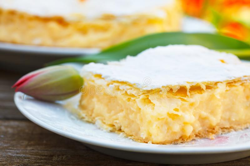 与油酥点心层数的自创奶油馅饼  免版税库存图片