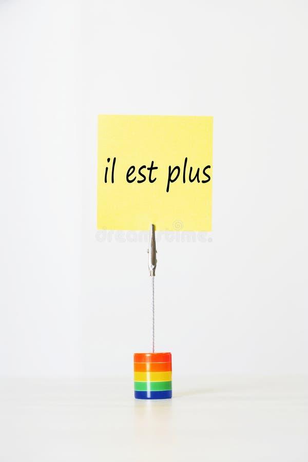 与法国文本il est的稠粘的便条加上(它结束)截去对一个多彩多姿的持卡者 图库摄影