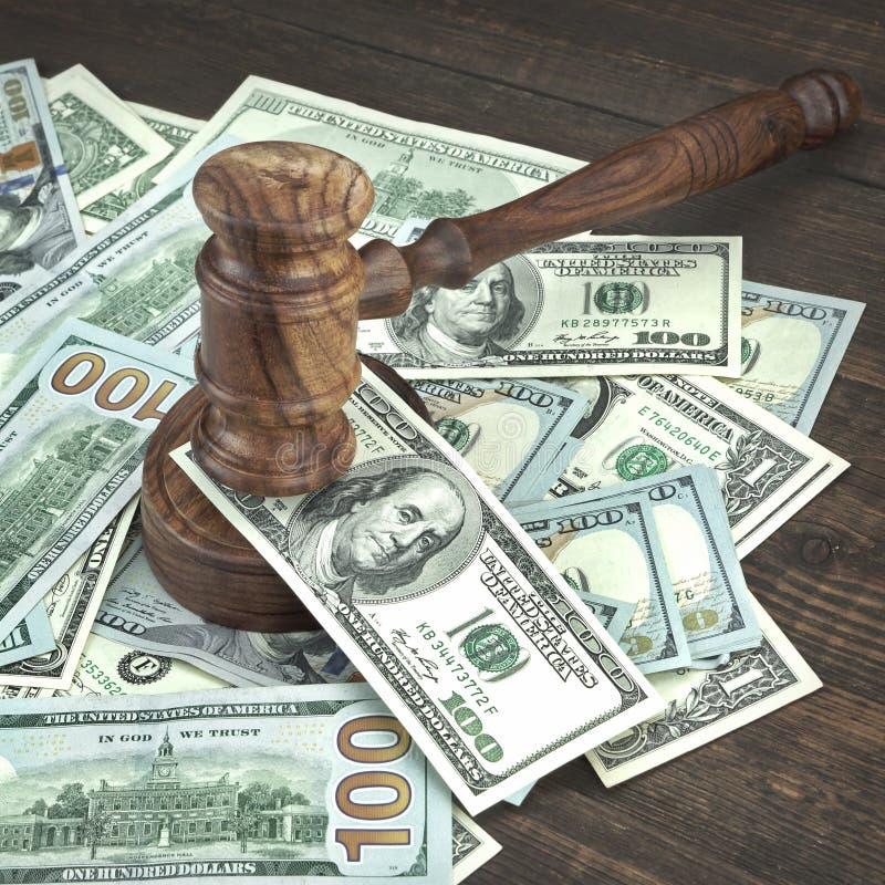 与法官惊堂木和金钱堆的拍卖或试验概念 库存图片