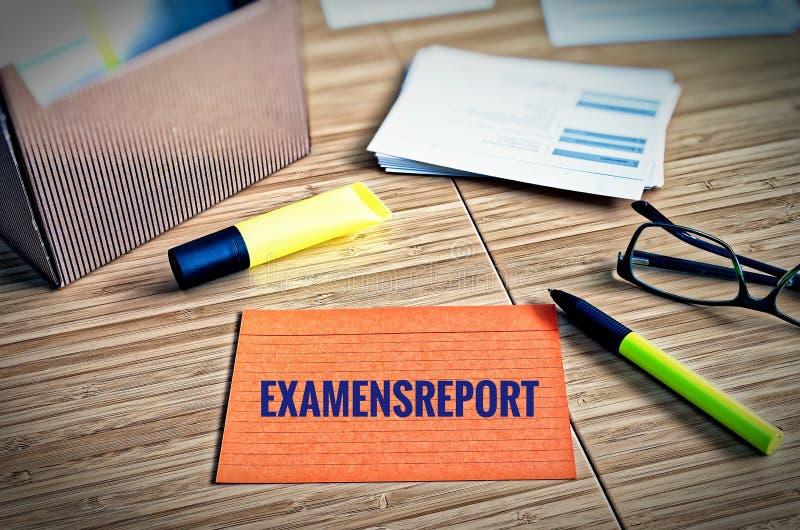 与法律问题的索引卡片与玻璃、笔和竹子与德国词Examensreport在英国检查报告 图库摄影