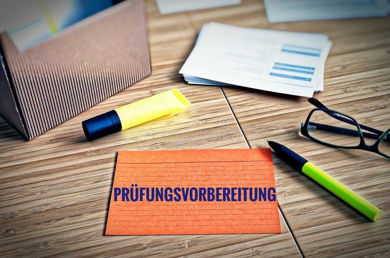 与法律问题的索引卡片与玻璃、笔和竹子与德国词Examensvorbereitung在英国检查准备 免版税库存图片
