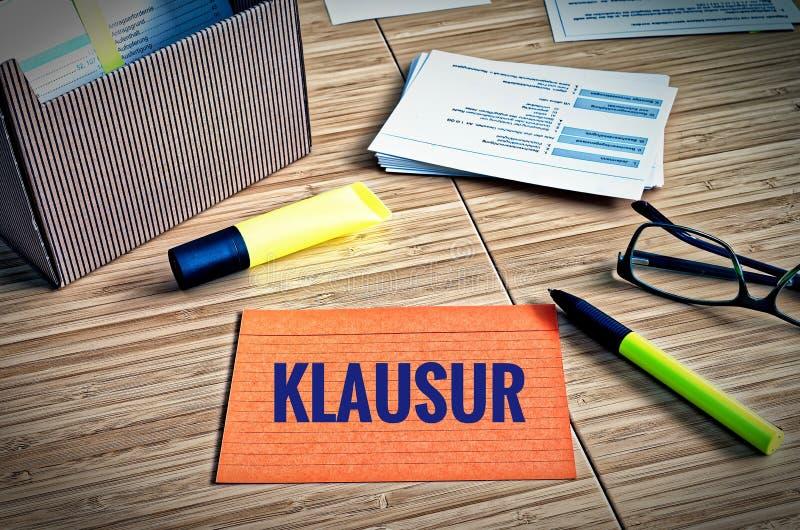 与法律问题的索引卡片与玻璃,笔和竹子和德国词在英国检查的Klausur 库存图片