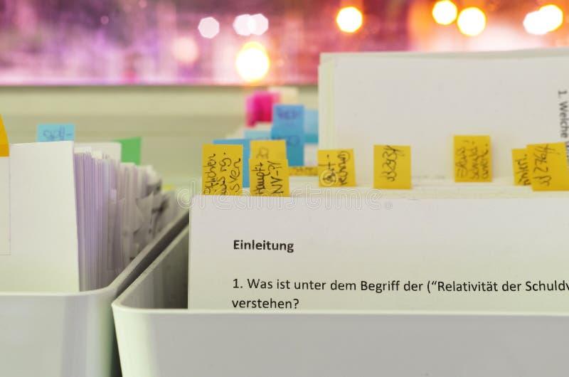 与法律问题的索引卡片与街道照明在晚上在索引卡片的背景中用德语 库存照片