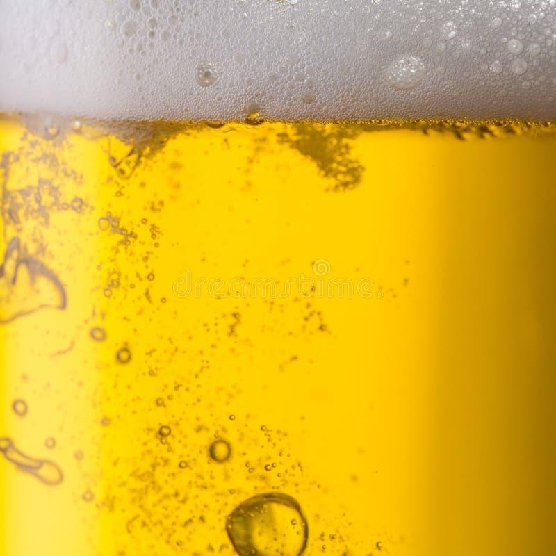 与泡沫和bubbels的啤酒 免版税库存照片