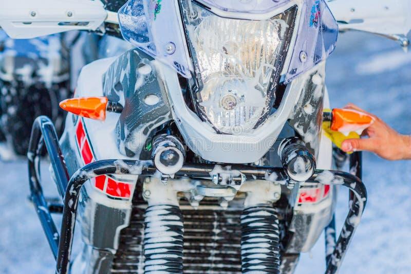 与泡沫射入的摩托车洗车摩托车大自行车清洁 免版税图库摄影