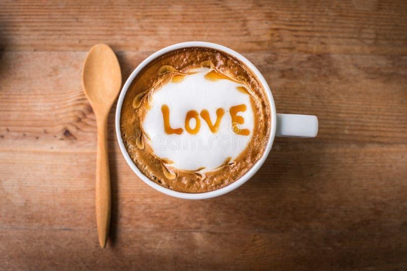 与泡沫牛奶艺术的热的咖啡,拿铁艺术咖啡 免版税库存照片