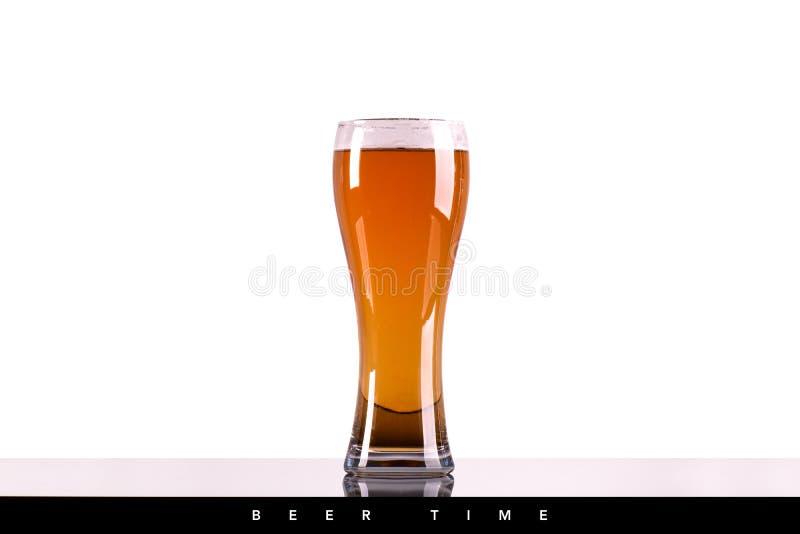 与泡沫的啤酒杯在白色背景 库存照片