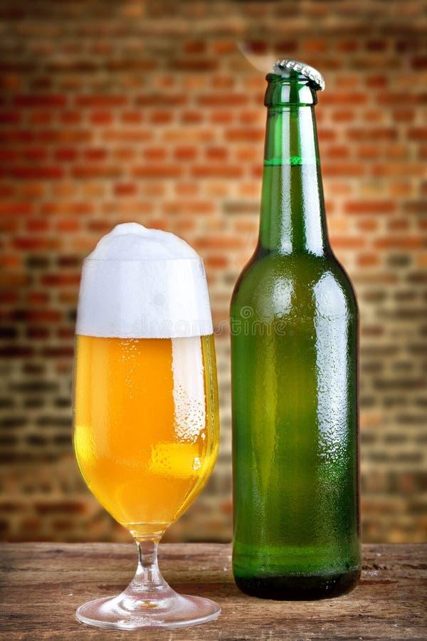 与泡沫的新鲜的啤酒 库存照片