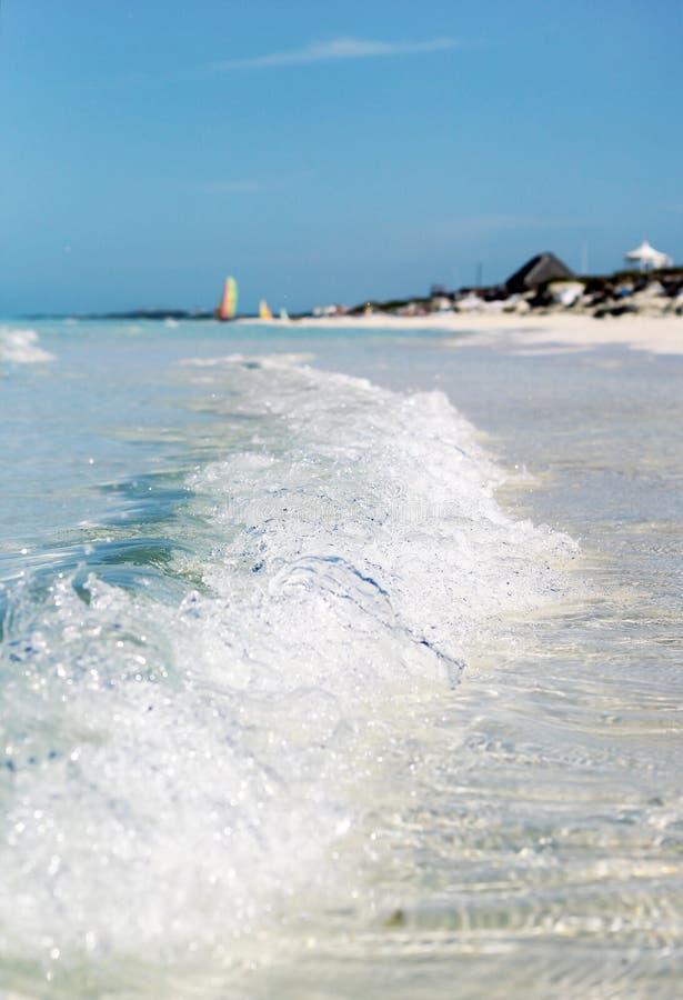 与泡沫的波浪在海洋的岸 图库摄影