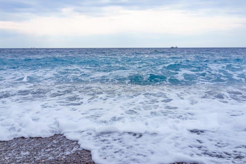 与泡沫的选择聚焦软绵绵地柔和的波浪在蓝色海洋意大利 免版税图库摄影
