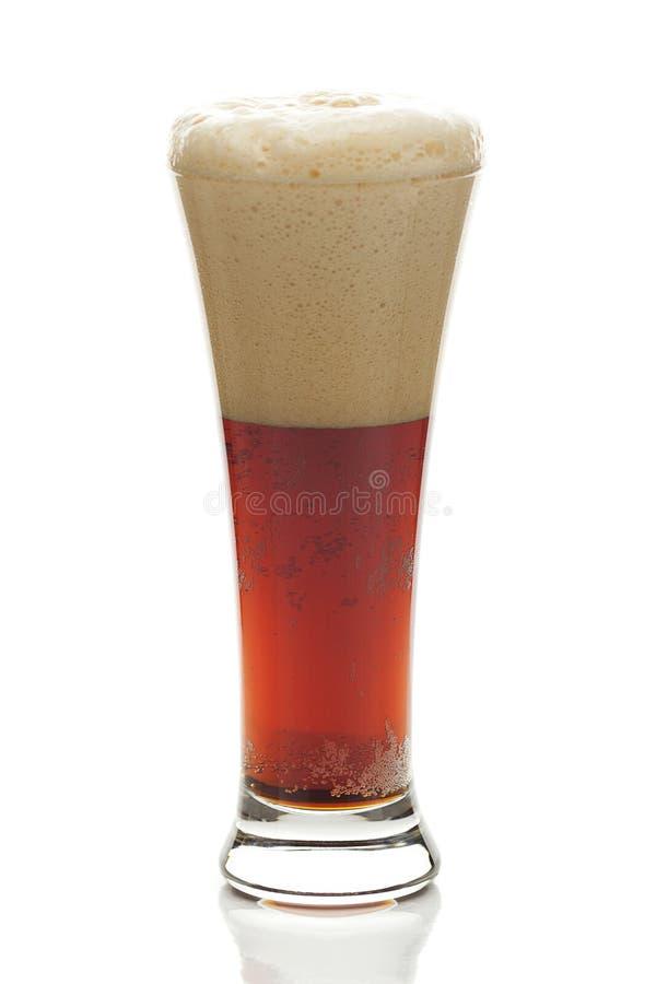 与泡沫的黑啤酒在一块高玻璃 库存图片