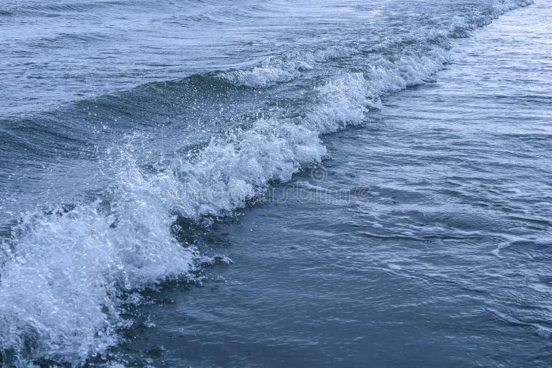 与波浪和波纹的表面海水 免版税图库摄影