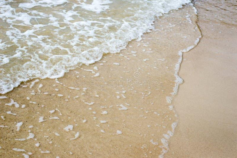 与波浪的沙子海滩 图库摄影