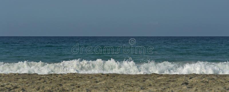 与波浪的海滩 库存照片